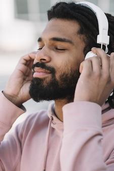 Modèle afro-américain écoutant de la musique