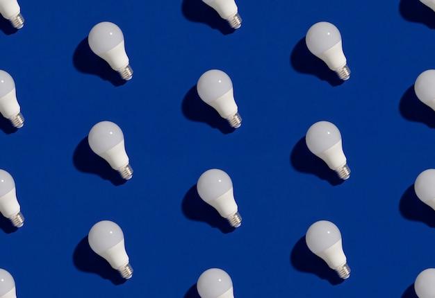 Modèle avec ampoules led à économie d'énergie sur bleu