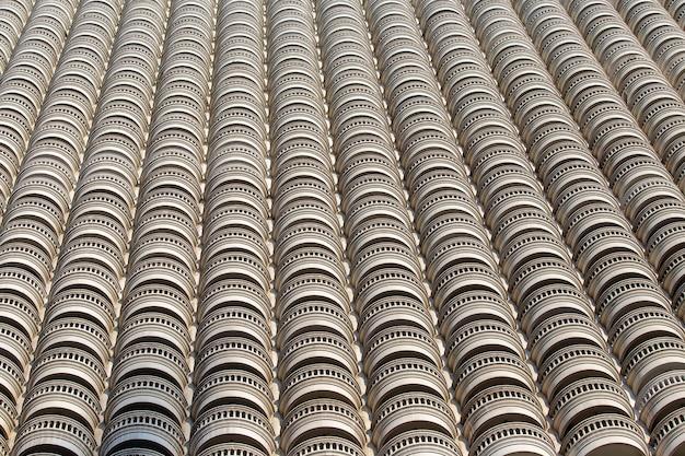 Modèle d'architecture géométrique, détails architecturaux du bâtiment de balcon à balustrade vintage classique. motifs de lignes de façade avec vue sur le bâtiment du balcon sur le concept de design extérieur et architectural