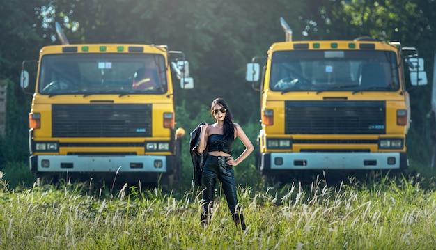 Modèle asiatique pose avec camion dans un environnement extérieur
