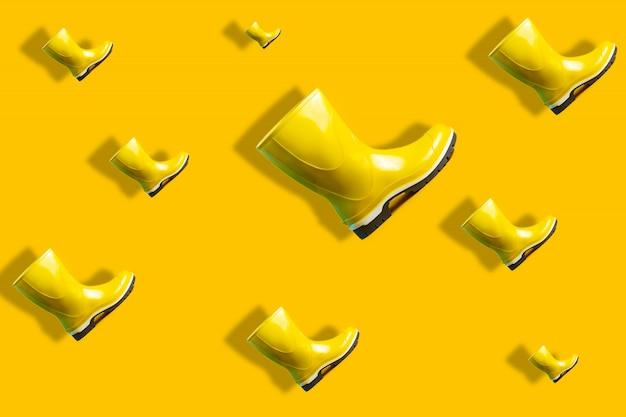 Modèle d'automne de voler des bottes en caoutchouc jaune avec une ombre