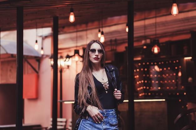 Modèle aux cheveux longs dans une veste en cuir à la mode