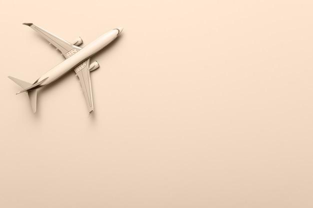 Modèle d'avion, avion sur fond jaune. conception à plat. voyage, concept de vacances