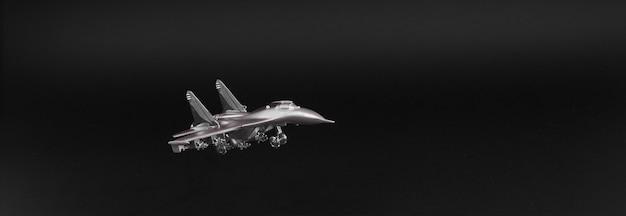 Modèle d'avion de chasse isolé sur fond noir