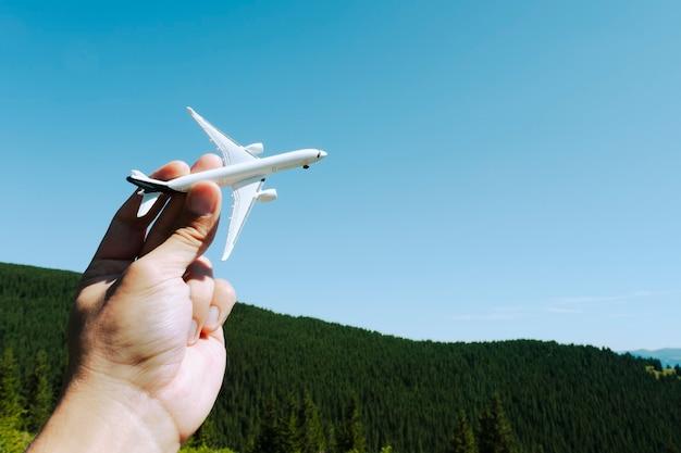 Modèle d'avion à disposition sur le ciel ensoleillé