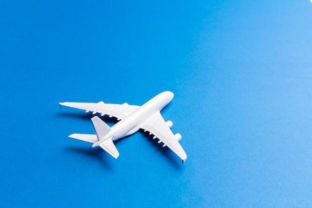 Modèle d'avion pour billet en ligne et concept de tourisme