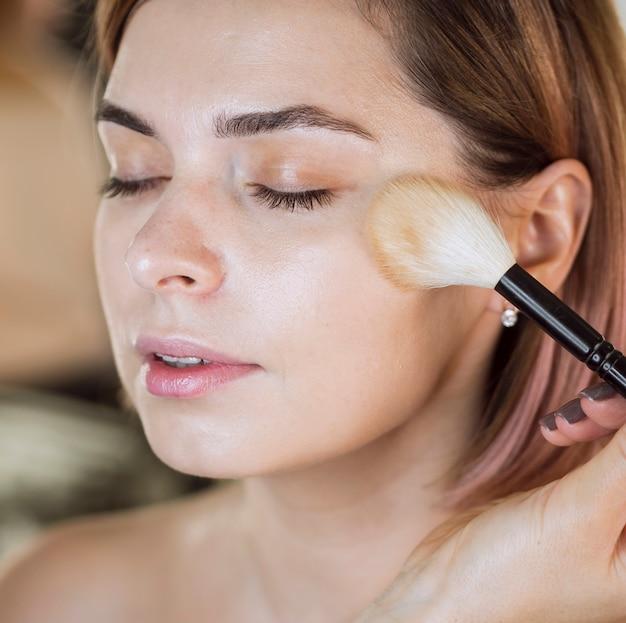 Modèle ayant un maquillage professionnel