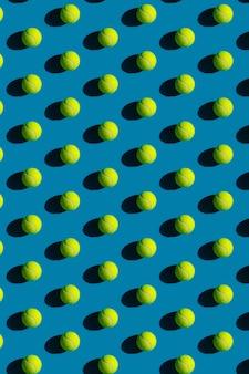 Modèle de balles de tennis avec de fortes ombres sur bleu