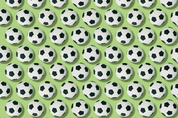 Modèle de ballons de football sur fond vert. concept de football et de sport