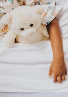 Modèle de bannière sociale de fille malade au lit