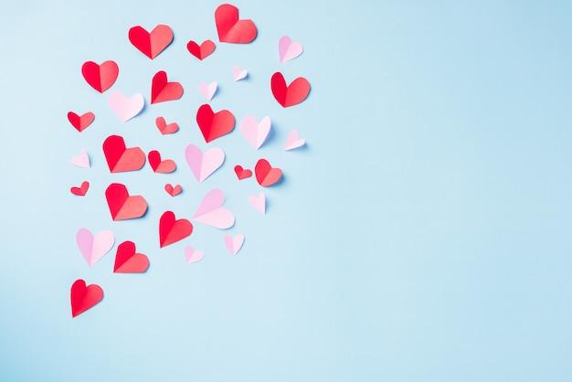 Modèle beau coeur de papier rouge coupé carte de voeux de composition