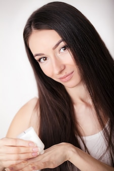 Modèle de beauté avec une peau fraîche parfaite et de longs cils. concept jeunesse et soins de la peau. spa et bien-être. maquillage et cheveux. les cils. gros plan, focus sélectionné.