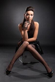 Modèle de beauté sur séance photo en studio noir