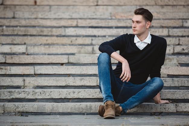 Modèle de bel homme à la mode posant