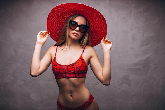 Modèle de belle femme en costume swimminmg isolé