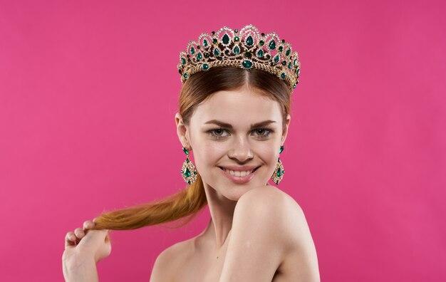 Modèle de belle femme avec couronne et boucles d'oreilles