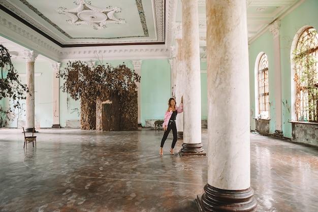 Modèle de belle femme dans une vieille maison, en ruine
