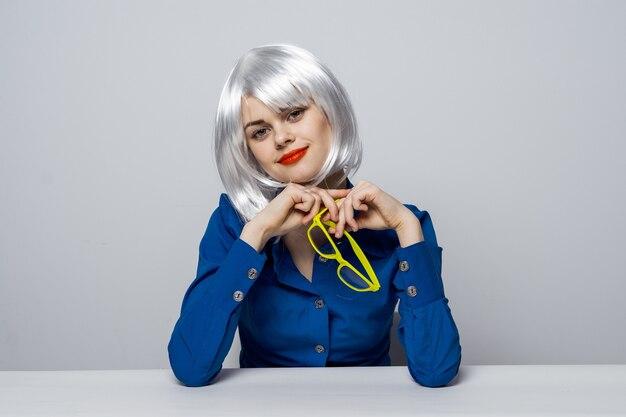Modèle de belle femme posant différentes émotions. perruque blonde