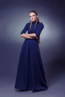 Modèle De Belles Femmes Dans Des Vêtements Et Accessoires à La Mode Tourné Isolé Sur Fond Noir Photo Premium