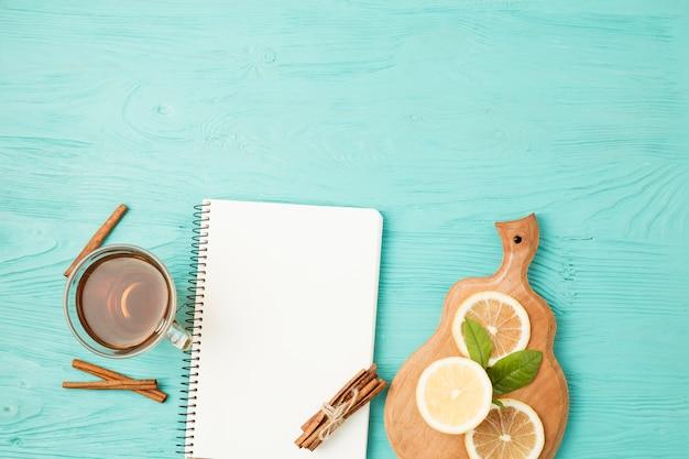 Modèle de bloc-notes plat poser avec concept de thé
