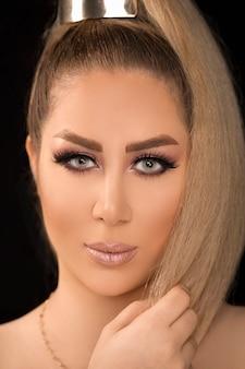 Modèle blond avec coiffure prêle et maquillage léger