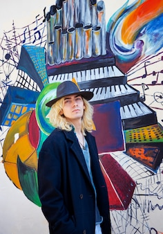 Modèle blond masculin attrayant portant un chapeau