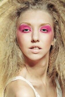 Modèle blonde avec maquillage rose