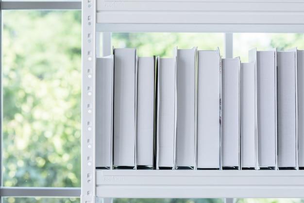 Le modèle de boîte de livre avec fenêtre le matin.