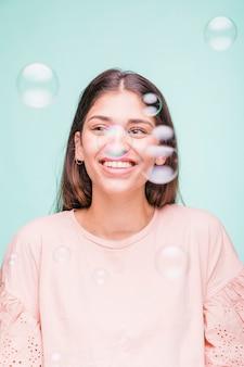 Modèle brune avec des bulles
