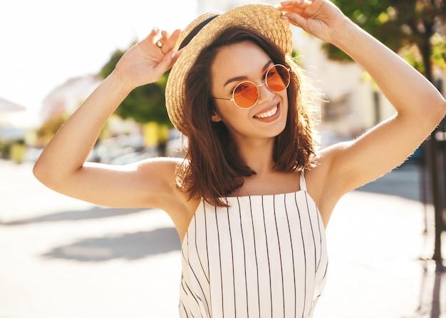 Modèle brune en vêtements d'été posant dans la rue posant