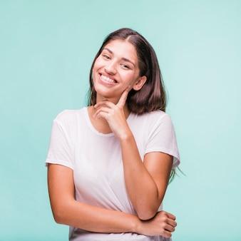 Modèle brunette posant avec un t-shirt blanc