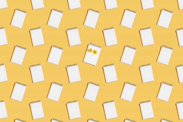 Modèle de cahiers à spirale ouverts sur une page blanche.