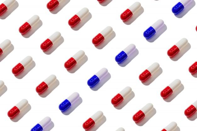 Modèle de capsule de pilule isolé sur fond blanc