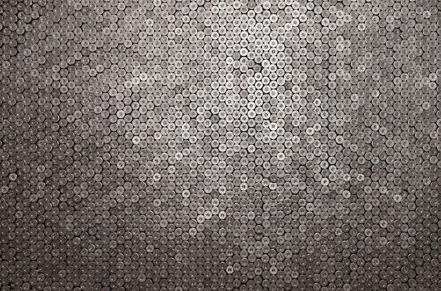 Modèle de cartouches de calibre 12 pour balles de fusil de chasse. coquilles pour fusil de chasse se bouchent. toile de fond pour les concepts de tir ou de commerce de munitions. casquettes de cuivre de cylindre de calibre 12 d'occasion dans la pile
