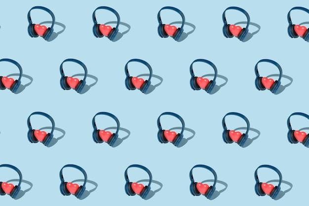 Modèle avec casque et concept de coeurs sur l'écoute de musique avec des coeurs. fête contemporaine.