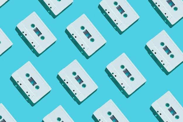 Modèle de cassette audio blanc sur bleu