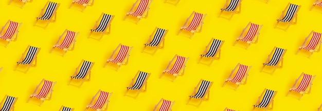 Modèle avec des chaises longues sur fond jaune, concept de vacances d'été, image panoramique