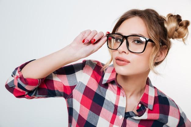 Modèle en chemise et lunettes