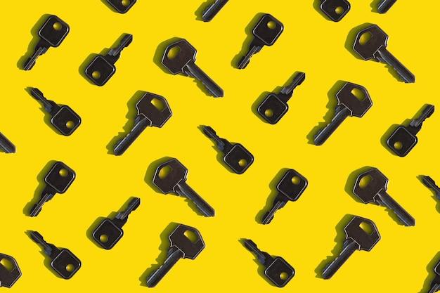 Modèle avec les clés des portes sur un fond jaune vif