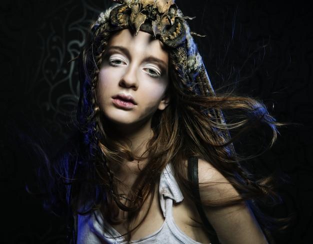 Modèle avec coiffure créative et maquillage lumineux