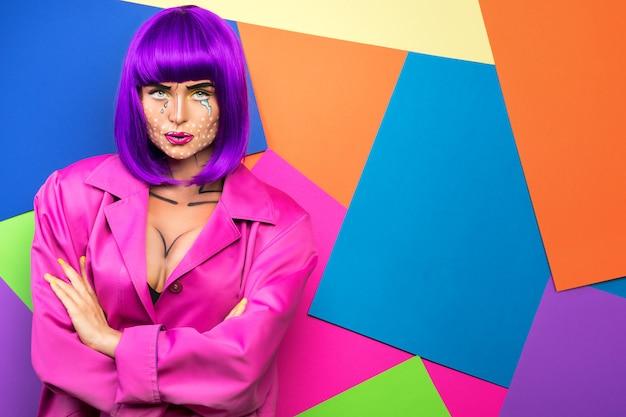 Modèle en composition créative avec maquillage pop art