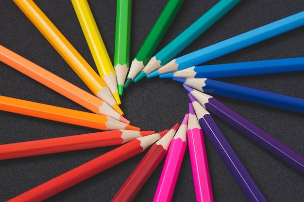 Modèle de concept de crayons de couleur.
