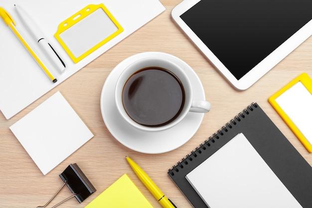 Modèle de conception d'identité d'entreprise sur le bureau en bois se bouchent