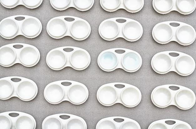 Modèle de conteneur de lentilles sur fond gris