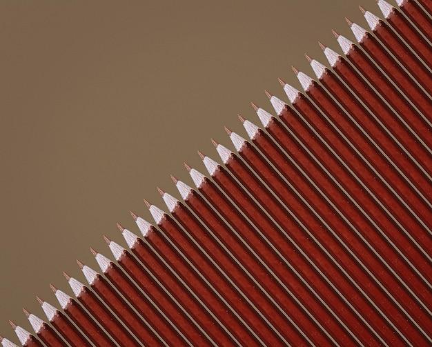 Modèle de crayons bruns sur fond gris