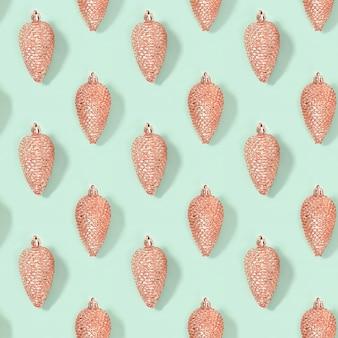 Modèle créatif régulier sans couture avec des jouets de noël de cône de couleur rose métallique à la menthe