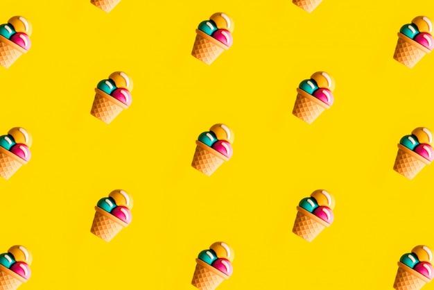 Modèle de crème glacée colorée sur jaune