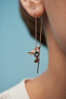 Modèle démontrant des boucles d'oreilles en or