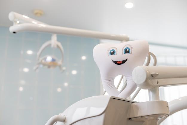 Modèle de dent heureux en clinique de dentiste