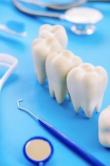 Modèle dentaire et équipement dentaire sur bleu